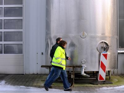 Ermittlungsbeamte durchsuchen ein Tanklager und eine Futterfett-Rührstation für Harles & Jentzsch.