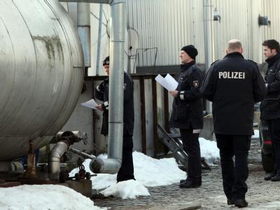 Polizeibeamte durchsuchen das Firmengelände der Harles und Jentzsch GmbH in Uetersen (Kreis Pinneberg).