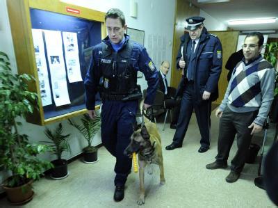 Ein Polizist verlässt mit einem Sprengstoffhund die Kirche der koptischen St.-Markus-Gemeinde in Frankfurt/Main.
