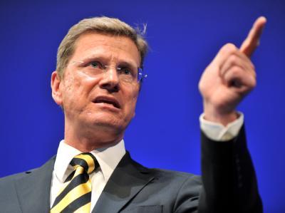 FDP-Chef Westerwelle wird trotz des dramatischen Vertrauensschwunds seiner Partei nicht kampflos das Feld räumen.