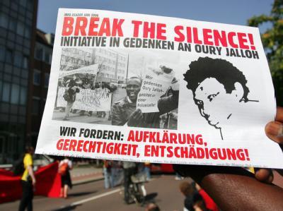 Demonstranten wenden sich am 07.09.2006 in Dessau gegen die ihrer Meinung nach schleppende Aufklärung des Feuertodes des Asylbewerbers Oury Jalloh aus Sierra Leone.