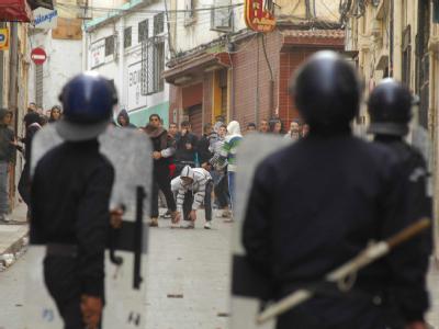 Konfrontation: Jugendliche und Polizisten in der algerischen Stadt Oran.