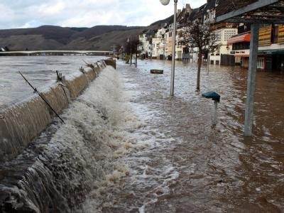 In Zell läuft das Hochwasser der Mosel über die Oberkante der Hochwasserschutzmauer - die Altstadt des Moselorts wird geflutet.