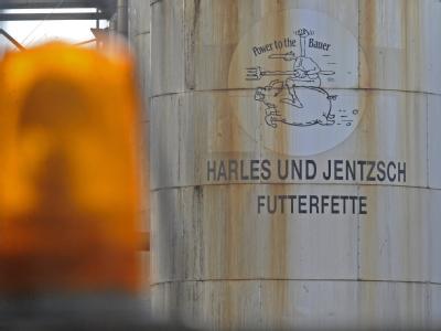 Neue Vorwürfe gegen die Harles und Jentzsch GmbH: Analysen von Futterfett-Proben haben erneut extreme Dioxin-Belastungen ergeben.