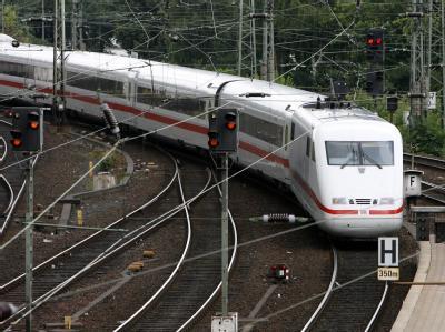 Ein ICE fährt in den Hauptbahnhof in Hamburg ein: Für die Verkehrsministerkonferenz am Montag zeichnet sich angesichts des Winterchaos bei der Bahn ein Gezerre um die Gewinnausschüttung des Staatsunternehmens ab.