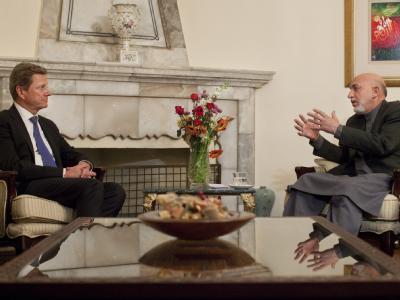 Bundesaußenminister Guido Westerwelle im Gespräch mit dem afghanischen Präsidenten Hamid Karsai in Kabul.