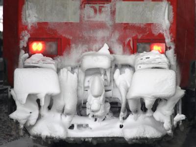 Eine verschneite Lokomotive im Düsseldorfer Hauptbahnhof: Das Wetter-Chaos bei der Bahn ist Thema einer Sonderkonferenz der Verkehrsminister.