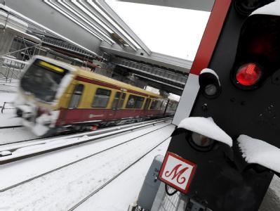 S-Bahn am Ostkreuz in Berlin: Bahn-Chef Grube hat Berliner S-Bahn-Kunden wegen der andauernden starken Einschränkungen Entschädigung in Aussicht gestellt.