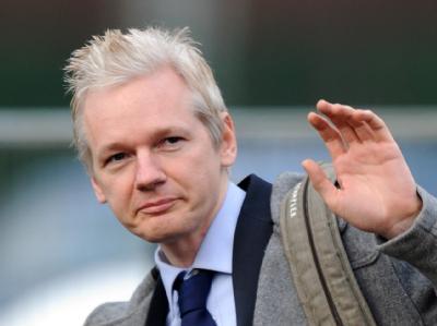Julian Assange bei seinem Eintreffen vor dem Gerichtsgebäude in London.