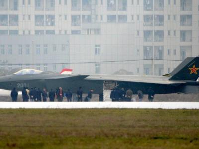 Der chinesische Prototyp eines J-20 genannten Tarnkappen-Kampfjets.
