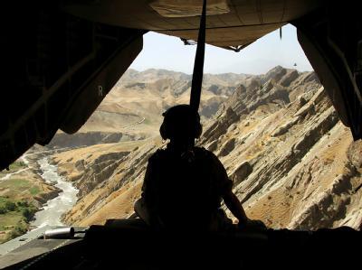Ein Soldat sitzt im Heck eines Hubschraubers während eines Einsatzes in Afghanistan.