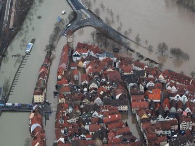 Eingekesselt vom Wasser: Die Luftaufnahme zeigt die überflutete Altstadt von Wertheim.