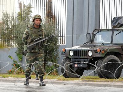An mehreren Orten sind Soldaten der tunesischen Armee in Stellung gegangen.