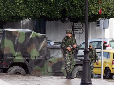 Tunesische Soldaten patrouillieren in Tunis vor den Ministerien.