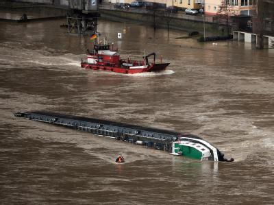 Der 110 Meter lange Schiff mit rund 2400 Tonnen Schwefelsäure an Bord kenterte auf dem Rhein bei St. Goarshausen.