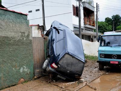 Gegen die Wand: Die Wucht des Wasser hat einen Wagen gegen eine Wand geschleudert.