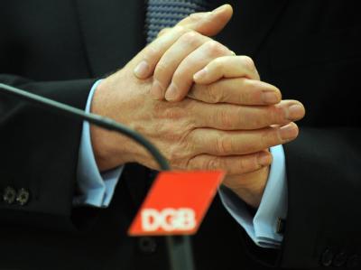 Der Vorsitzende des Deutschen Gewerkschaftsbundes (DGB), Michael Sommer, reibt sich auf einer Pressekonferenz in Berlin die Hände.