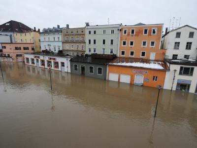 Weit und breit kein Mensch: Häuser stehen in Passau (Niederbayern) im Hochwasser der Donau. Die Donau ist im Osten Bayerns bis zum Freitagmorgen weiter rasant gestiegen.