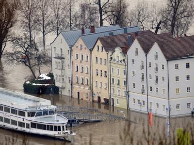 Häuser am Donauufer in Passau: Dort ist die Donau am Freitagvormittag über die Neun-Meter-Marke gestiegen.