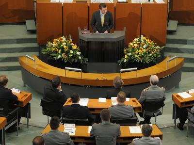 Bundesverteidigungsminister Karl-Theodor zu Guttenberg spricht im Landtag in Hannover vor Soldaten.