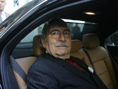 Übergangs-Regierungschef Fouad Mebazaa verlässt nach seiner Vereidigung das Parlament in Tunis.