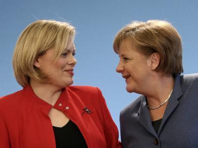 Bundeskanzlerin Merkel und die rheinland-pfälzische Spitzenkandidatin Julia Klöckner zusammen bei der Pressekonferenz im Atrium-Hotel in Mainz.