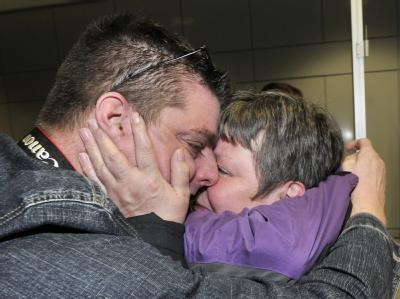 Glücklich gelandet: Nach Stunden des Wartens schliesst Patrick Haas seine Mutter Regina am Flughafen in Frankfurt am Main in die Arme.