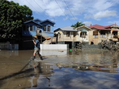 Ein Bewohner des Vorortes Milton watet durch knietiefes Wasser