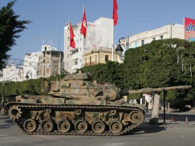 Ein Panzer patroulliert durch Tunis: Stabilisierende Kraft in Tunesien ist derzeit die Armee.
