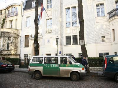 Polizisten stehen mit ihrem Fahrzeug vor der kroatischen Botschaft in Berlin, nachdem hier eine Handgranate gefunden und abtransportiert worden war. Der Bereich wurde vorher weiträumig abgesperrt.