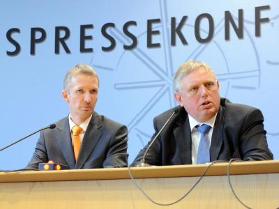 Der Fraktionschef der CDU im Düsseldorfer Landtag, Karl-Josef Laumann (r) und der Vorsitzende der FDP-Landtagsfraktion Gerhard Papke in der Landespressekonferenz.