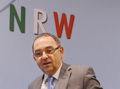 NRW-Finanzminister Norbert Walter-Borjans (SPD) bei einer Pressekonferenz zum Nachtragshaushalt 2011 im nordrhein-westfälischen Landtag.