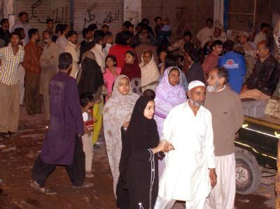 Verängstigte Anwohner haben sich nach den Erdstößen auf der Straße versammelt.