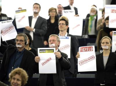 Abgeordnete der Grünen im EU-Parlament demonstrieren gegen das ungarische Medien-Gesetz.