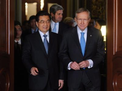 Chinas Präsident Hu Jintao traf sich mit dem demokratischen Mehrheitsführer im Senat, Harry Reid (r), sowie weiteren Kongressabgeordneten zu Gesprächen.