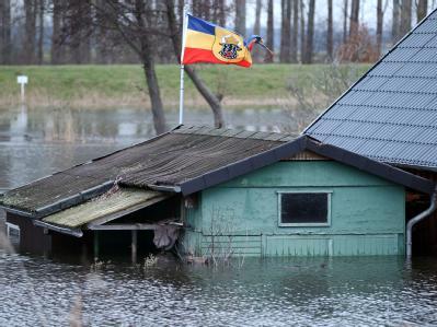 Die Mecklenburgfahne weht in der Nähe von Dömitz auf einem im Hochwasser der Elbe stehenden Bootsschuppen.