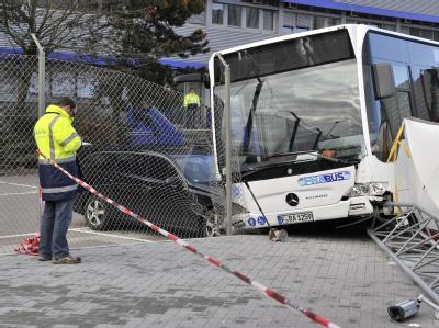 Nach dem Busunfall am Flughafen in Frankfurt sichern Ermittler Spuren.