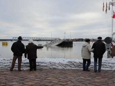 Passanten betrachten in Lauenburg das Hochwasser.