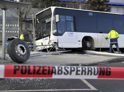 Nach dem schweren Busunfall am Flughafen in Frankfurt am Main sichern Ermittler Spuren.