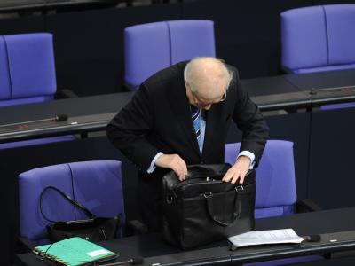 Wirtschaftsminister Brüderle auf der Suche nach den Unterlagen zu seiner Regierungserklärung im Bundestag.