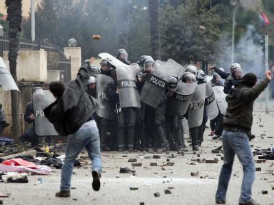 Drei Menschen starben bei gewaltsamen Zusammenstößen zwischen Polizei und Demonstranten in Tirana.