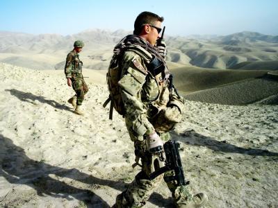 Bundeswehrsoldaten gehen in der Umgebung von Feisabad gemeinsam mit Soldaten der Afghanischen Nationalarmee (hinten) auf eine Erkundungsmission.