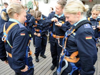 Besatzungsmitglieder bereiten sich vor dem Auslaufen der Gorch Fock auf den Aufstieg in die Masten vor.
