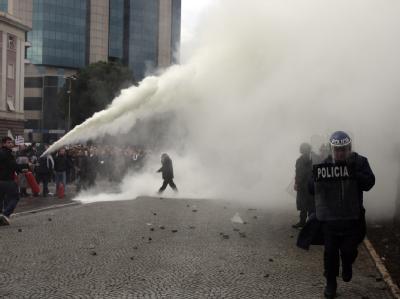 Protestler treffen auf Polizeikräfte vor dem Regierungsgebäude der Hauptstadt Tirana.
