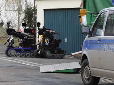 Sprengstoffroboter des Bundeskriminalamtes vor einem Haus in Becherbach in Rheinland-Pfalz.