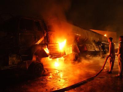 Flammen schlagen am Ort des Unglücks aus dem zerstörten Tankwagen.