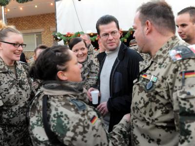 Verteidigungsminister Karl-Theodor zu Guttenberg Mitte Dezember im Bundeswehr-Feldlager Masar-i-Scharif in Afghanistan