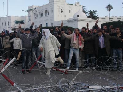 Demonstranten warfen Augenzeugenberichten zufolge Steine auf Sicherheitskräfte und versuchten Beamte am Betreten des Regierungsgebäudes zu hindern.
