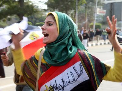Eine junge Frau ruft in Kairo Parolen gegen das herrschende System Ägyptens.
