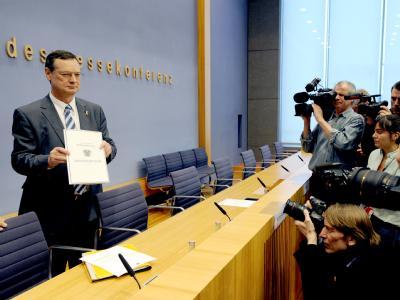 Der Wehrbeauftragte des Bundestags, Hellmut Königshaus, hält in der Bundespressekonferenz den Jahresbericht 2010 in den Händen.